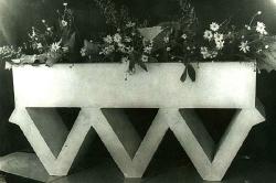 1976. Цветочница с декоративным основанием / Puķupods ar dekoratīvu pamatni