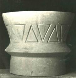 1974. Урна с выступом и орнаментом / Atkritumu tvertne ar izcilni un ornamentu